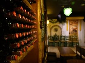 壁にはワインがズラリと並ぶ