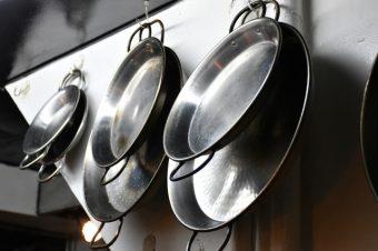 厨房には大小様々のパエリア鍋