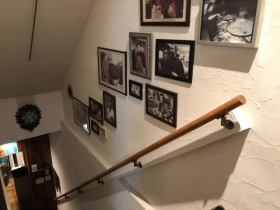 階段の壁にプチギャラリー